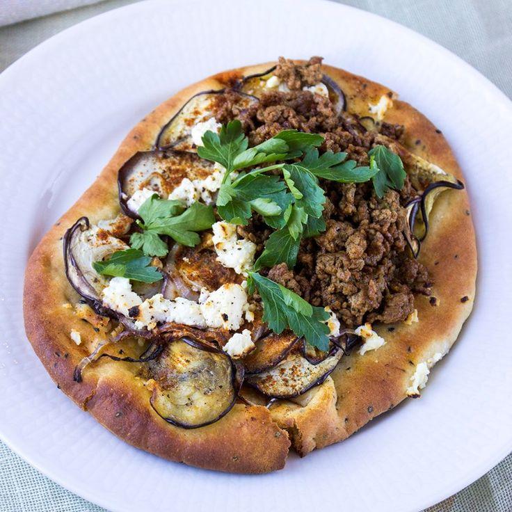 Flat bread pizza på indiskt vis! Naanbröd med aubergine och tikka masala-färs
