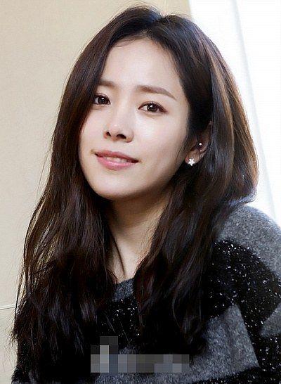 Han Ji-Min ( 한지민) 흑갈색머리 흑갈색 눈썹 입술색은 거의 MLBB 눈화장은 과하지 않게 피부는 깨끗하게