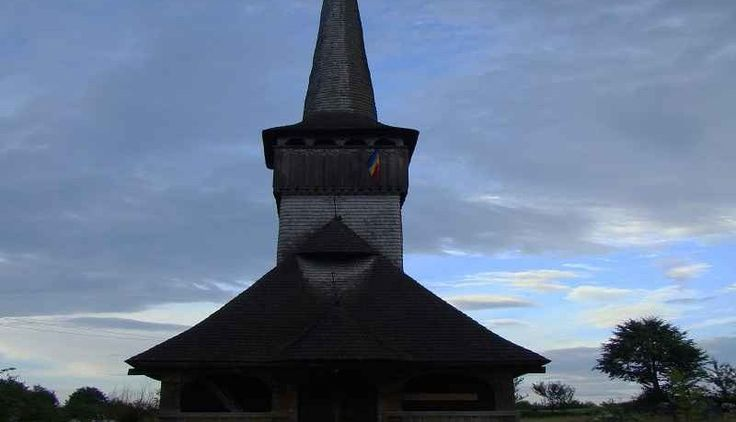 """Biserica de lemn din Posta, comuna Remetea Chioarului, judetul Maramures dateaza din anul 1675. Lacasul are hramul """"Sfantul Ilie"""" si figureaza pe lista monumentelor istorice."""