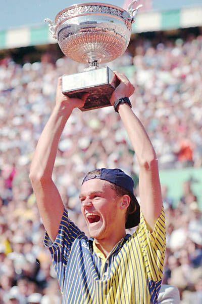 Guga é campeão de Roland Garros pela primeira vez depois de derrotar o espanhol Sergi Bruguera.  Fotografia: Otávio Dias de Oliveira/Folhapress.