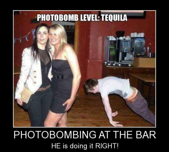 PHOTOBOMBING AT THE BAR - www.funny-pictures-blog.com