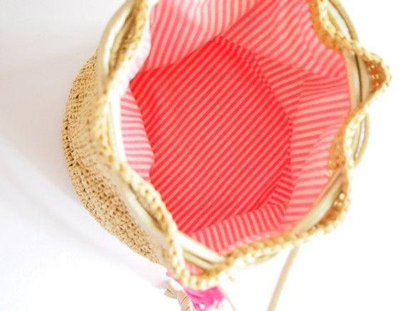 """""""訂單生產,將""""  霓虹桃粉色流蘇點☆生動的錢包式單肩包 Dearimasu織紗紙,以便給亮度。 在布也用織物流蘇和匹配的霓虹色條紋。 型防塌的底部,我們把底板。   2折錢包,手機,包含了小件物品。 的香檳金色color've的肩部用皮革柔軟的字符串作為不太可能受到傷害甚至直接打到皮膚。    *尺寸:約18.5厘米×邊長約19厘米左右21厘米底部的高度約90厘米及肩 *材質:紙紗,棉  由*監控環境中,照片和色彩的事情略有不同有。 由於原因,如色彩交換和退款是不是免費的。  *尺寸有些時候,有一些錯誤。  *調度後的責任作為負責任的注意。"""