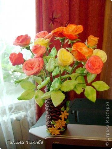 Для изготовления роз мне потребовались: ватные косметические диски, краска для ткани, клеевой термопистолет, провод двужильный с жёстким наполнителем, ножницы, нитки. фото 1