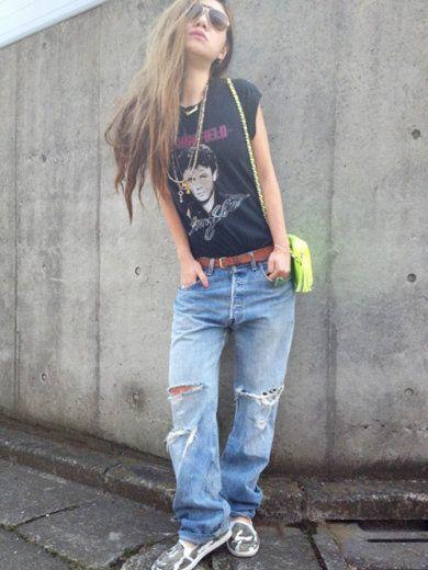 黒プリントTシャツ、ボーイフレンドデニム、茶ベルト、スニーカー