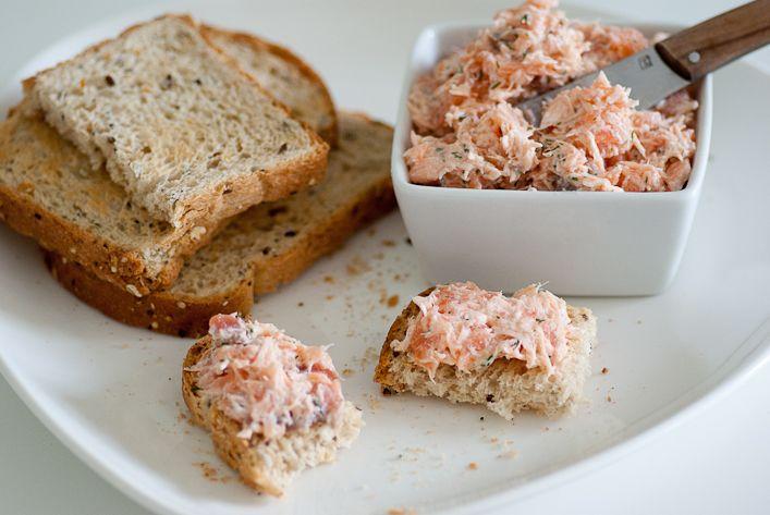 Toujours à la recherche de petitsapérossains mais gourmands, voilà une recette que l'on a adoré : desrillettesaux deux saumons. Recette légère grâce au yaourt nature et à la cuisson dusaumon a...