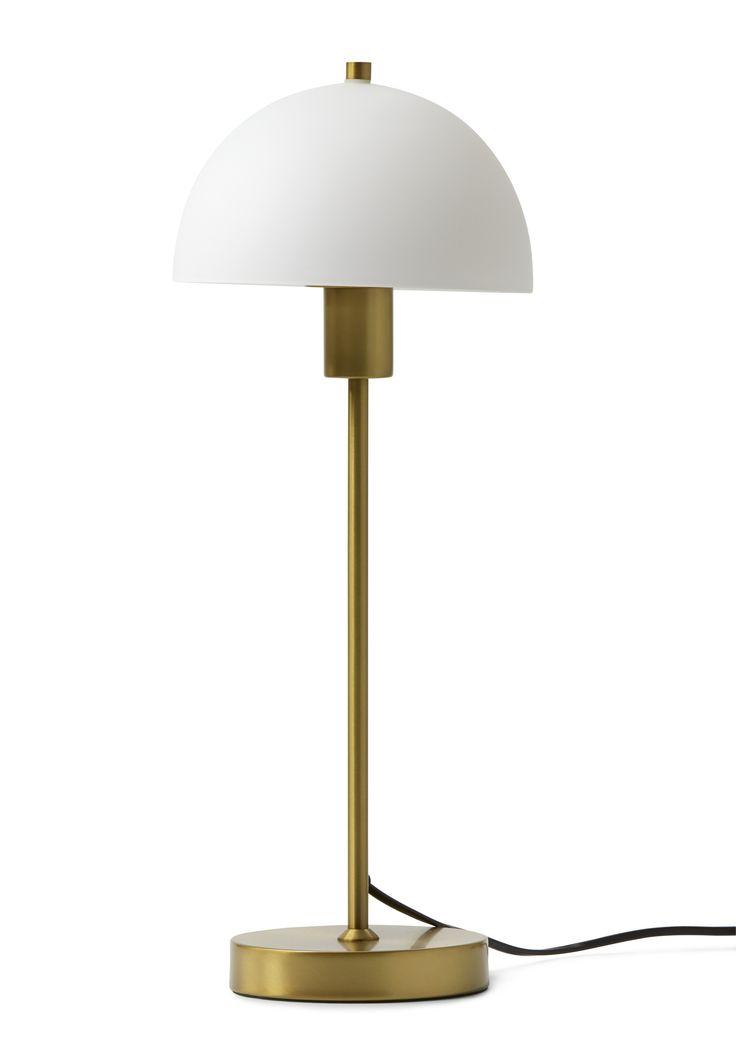 Mjuk design möter matta färger som ger ett balanserat uttryck. Ett behagligt sken sprider sig i rummet genom den vita opalskärmen som ger en ombonad känsla. Vienda bordslampa står stadigt vart du än sätter den då den har en bra tyngd i foten. Tack vare sin nätta design, passar den lika bra i fönstret som på sängbordet. Tänk på att köpa till ljuskälla, gärna en LED-lampa så behöver du inte byta så ofta! Produkten är tillfälligt slut i några butiker. En ny leverans inkommer under Juni.