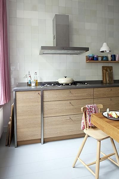 Bij een moderne, strakke keuken staat een ouderwets accent altijd erg goed.
