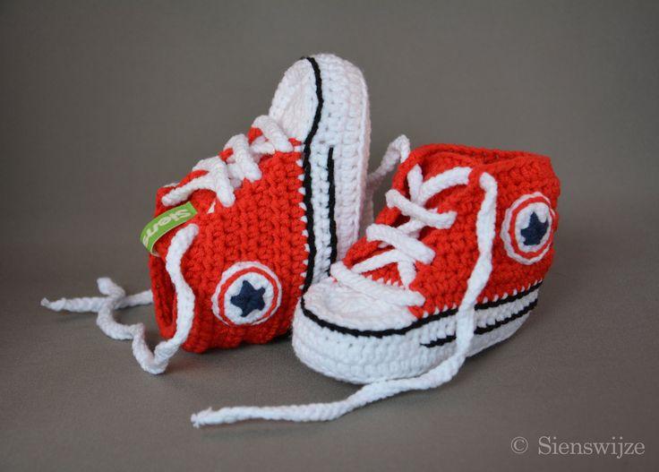 Rode baby Converse sneakers, Gehaakte baby slofjes, Handgemaakte baby schoentjes,  3-9 mnd door Sienswijze op Etsy