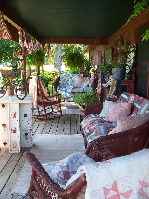 ♥Ah, a front porch with quilts. How very welcoming is this?