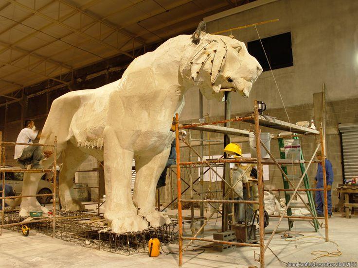 Equipo Tigres Monterrey,EL Tigre UANL, Juan Canfield, escultor, 81 aniversario de la Universidad Autonoma de Nuevo Leon, e inauguracion de la Universiada Nacional, Monterrey Mexico 20 de abril 2015 http://www.casacanfield.com