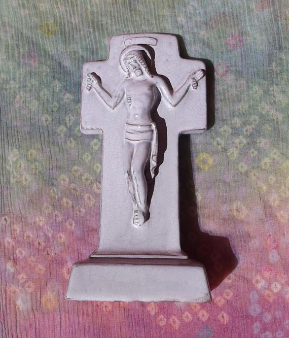 Freistehendes Kruzifix aus Ton religiöses Symbol