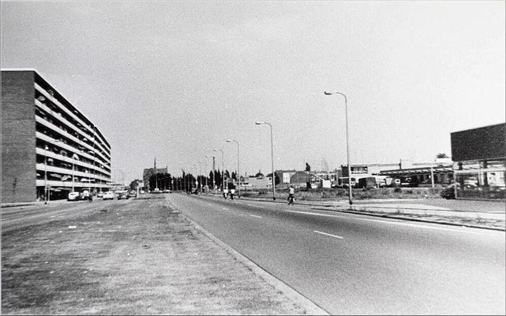 Hart van Brabantlaan uit 1969, gezien in de richting van de Spoorlaan. Op de achtergrond de Noordhoekse kerk. De huizen aan de zuidzijde van de Hart van Brabantlaan (voormalige Beethovenstraat) tussen de (thans verdwenen) Magnoliastraat en de St. Ceciliastraat zijn eind 1968 gesloopt in verband met de aanleg van de zuidelijke rijbaan van de Hart van Brabantlaan. Deze zuidelijke rijbaan kwam gereed in 1969.