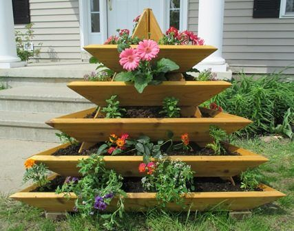 Вертикальная клумба в виде пирамиды позволяет садоводам, особенно имеющим небольшие участки значительно расширить площадь для посадки, цветов, трав, овощей.