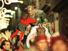 La CABALGATA DE LOS REYES MAGOS es un desfile de carrozas típico, en las ciudades españolas, andorranas, checas y polacas, en algunas mexicanas y portuguesas, en el que Melchor, Gaspar y Baltasar junto a sus pajes y ayudantes lanzan caramelos a los niños que les observan desde la calle en la tarde/noche del 5 de enero. La más antigua es la de Alcoy (Alicante) que ha cumplido 128 años. Más información: http://es.wikipedia.org/wiki/Cabalgata_de_Reyes_Magos