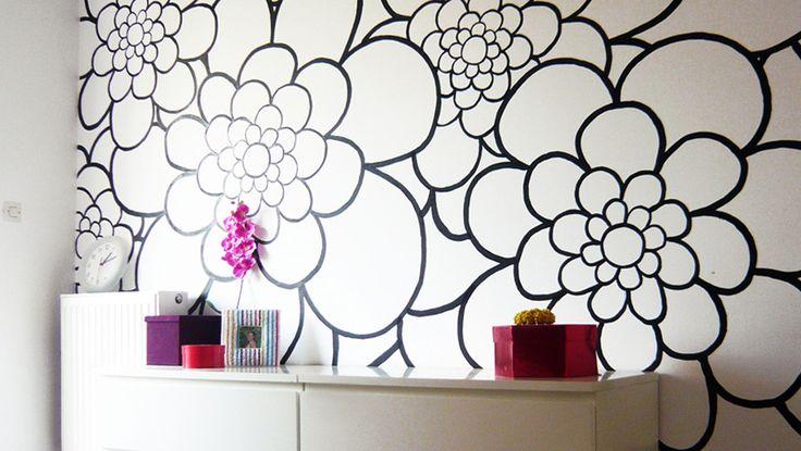 Ασπρόμαυρο γραμμικό σχέδιο με λουλούδια σε τοίχο κρεβατοκάμαρας. Δείτε περισσότερες ιδέες διακόσμησης στη σελίδα μας www.artease.gr