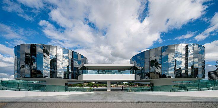 Uma plataforma elevada conecta os três módulos de museu, cuja, suspensão do solo foi a estratégia adotada por Niemeyer para vencer a limitação do terreno