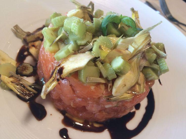 Antipasto di tartar di salmone con carciofi freschi di stagione creato dal nostro chef