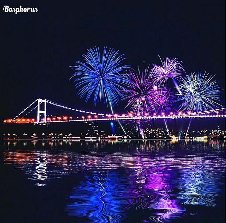 伊斯坦布爾博斯普魯斯海峽的煙火美景。 ©cihan_genc