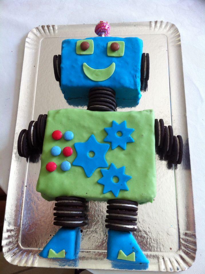 Gateau robot avec une base de gateau au chocolat (chocolat mud cake : recette australienne), pate à sucre et Oreo