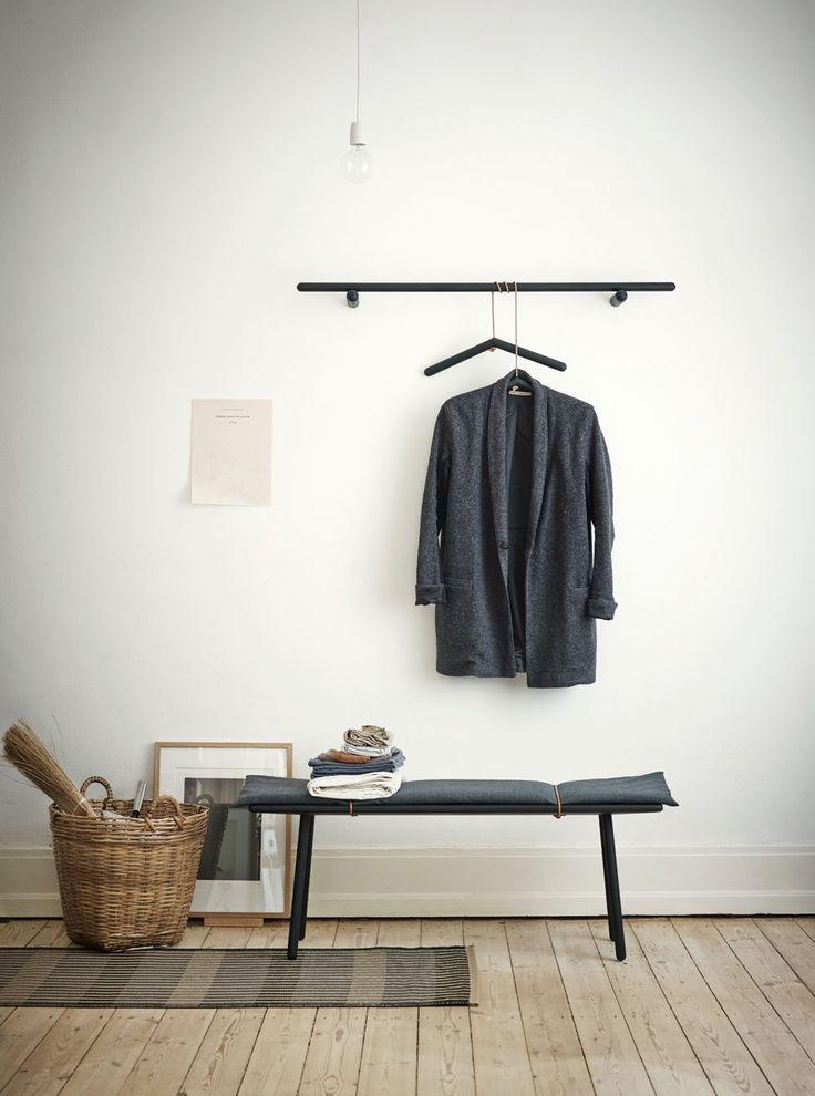 Möbelserien Georg av Christina Liljenberg Halstrøm för danska Skagerak gör det möjligt att möblera hallen och andra delar av hemmet på ett funktionellt och samtidigt stilfullt sätt. Serien innehåller klädhängare, galgar, pall, bänk, konsolbord, skrivbord, matbord, barpallar samt två speglar. Samtliga tillverkade i massiv ek och vissa med detaljer i naturmaterial såsom ull och läder.Georg bänk finns i obehandlad ek och svartlackad ek.
