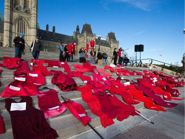 PHOTOS Red dresses placed on the Hill to remember missing, murdered women http://www.cbc.ca/news/canada/ottawa/red-dresses-placed-on-the-hill-to-remember-missing-murdered-women-1.3302108?cmp=rss … #NNAHM #MMIW
