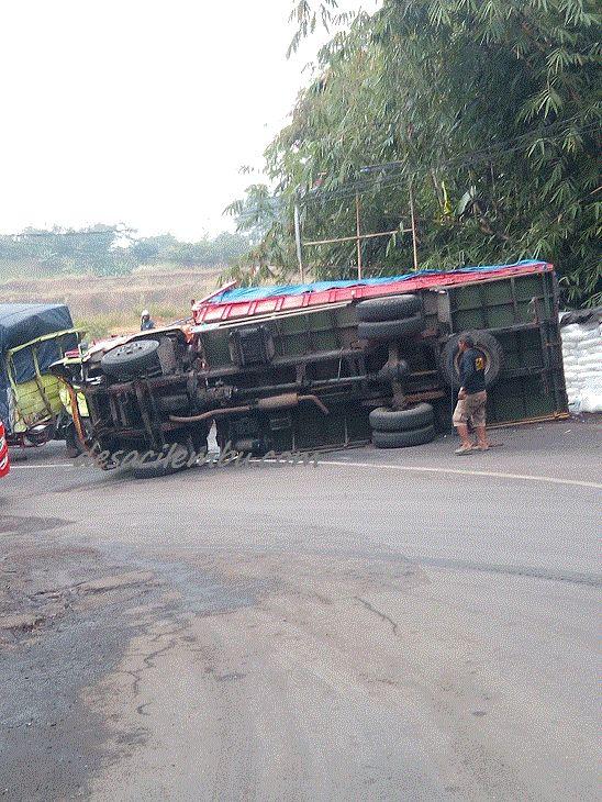 Tronton Terguling di Tikungan Bangkong Tanjungsari Sumedang | DESA CILEMBU