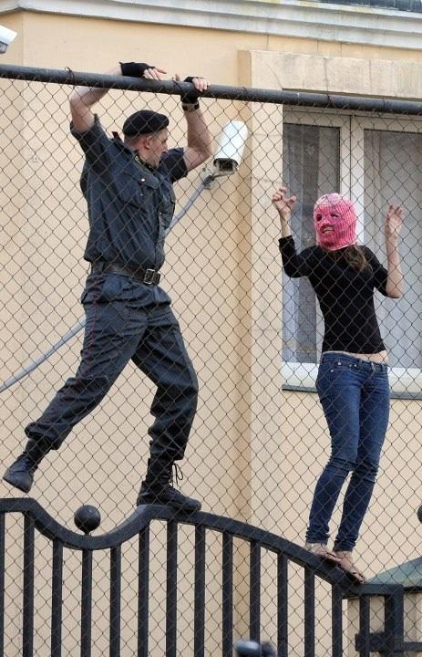 Полицаи, схватив @TataRomanovaYa в ее день рождения, оставили ее в ОВД на 48 часов в помещении, где нет даже лавки.