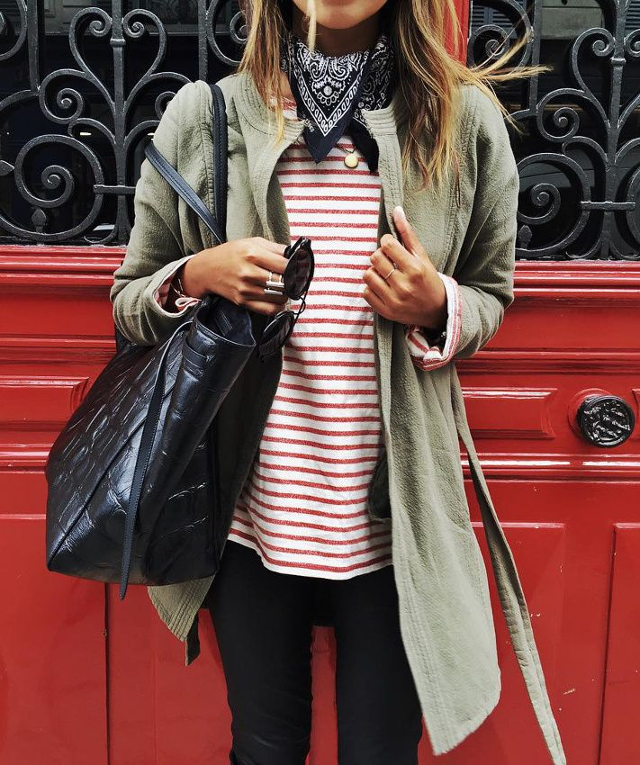 Top rayé rouge et blanc + veste kaki = le bon mix (instagram Sincerely Jules)