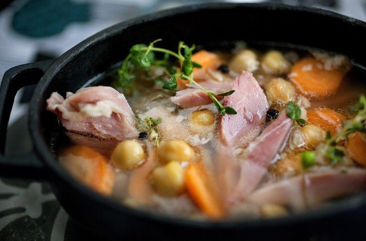 Svineknokesuppe med kikerter er en næringsrik og god supper som er særlig god på kjølige dager.