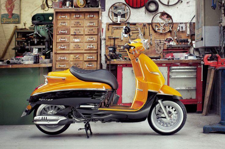 Eindelijk meer nieuws over de Peugeot Django! Precies een jaar na de onthulling van de retro-scooter van Peugeot komt de importeur met verlossend nieuws. De Peugeot Django 50cc 4-takt is vanaf het voorjaar 2015 verkrijgbaar in Nederland in 4 uitvoeringen. Net als de succesformule van Vespa is de Peugeot Django een 'premium' nageslacht van een historisch model van het Franse merk. Lukt het de Django om hiermee een plekje op de markt veroveren naast de Italiaans concurrent? De Peugeot D...