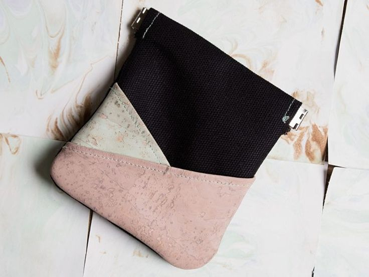 Tutoriales DIY: Cómo hacer un monedero tricolor de corcho y tela vía DaWanda.com