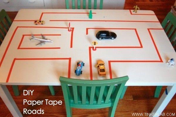 Maak met tape een weg op een tafel. Leuk voor kleine autootjes en houten blokjes