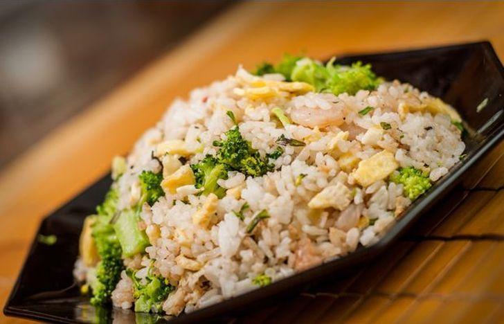 Рис  с  яйцом  по  китайски. 150 г риса 3 яйца 2 зубчика чеснока 5 головок репчатого лука 2 ст. л. растительного масла 125 г зеленого горошка 1 ст. л. соевого соуса соль
