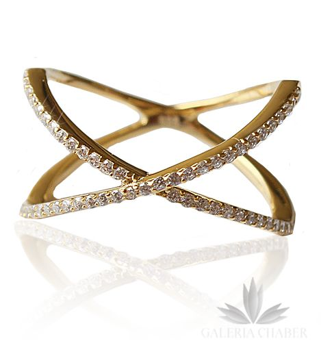 Pierścionek typu multiring wykonany ze srebra próby 925 w kolorze złotym, wysadzany białymi cyrkoniami o szlifie brylantowym. Wzór o szerokości około 1,5 cm.