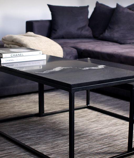 Een zeer exclusieve marmer tafel voorzien van een zwart marmer bovenstuk en een mat zwart stalen frame. Deze set bijzondere salontafels is verkrijgbaar via marmertafel.nl