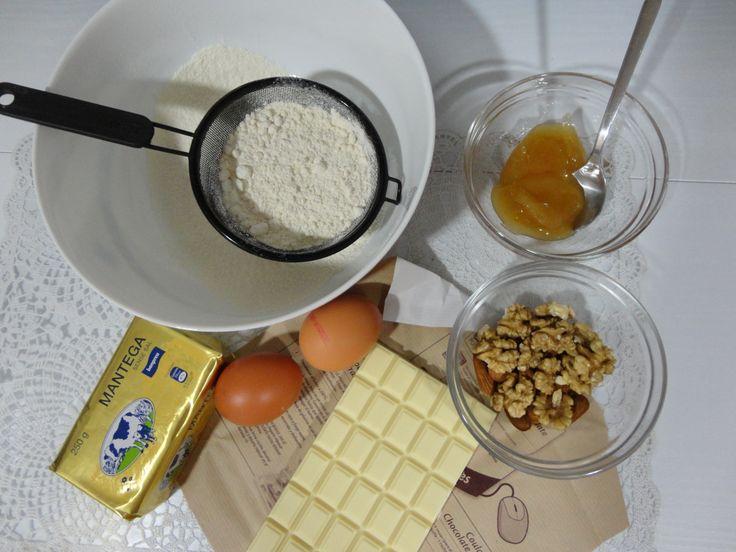 harina, miel, huevos, mantequilla, chocolate blanco, nueces, vainilla, cardamomo, cascara de limon