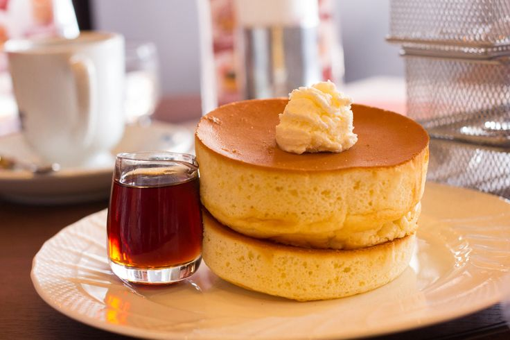 Thick pancakes and syrup