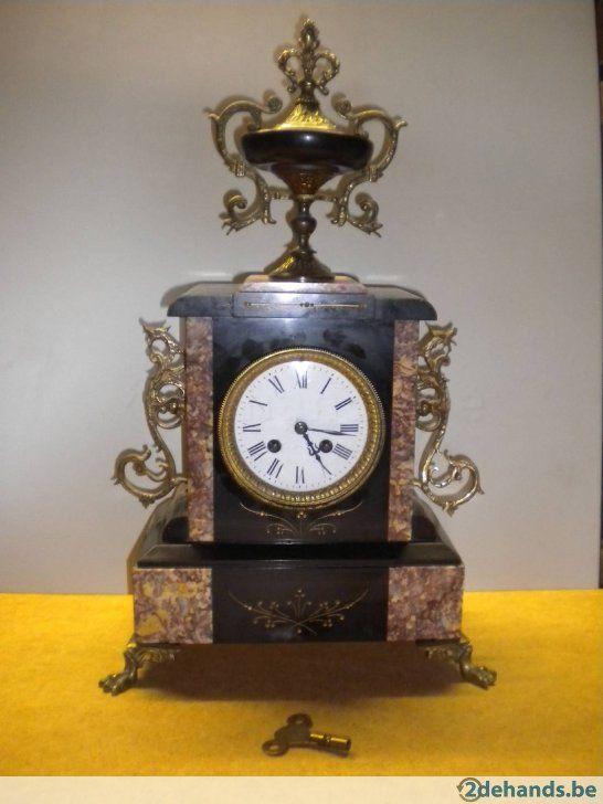 een antieke klok, schouwgarnituur, schouwklok in marmer met koperen ornamenten. Sleutel is er bij.