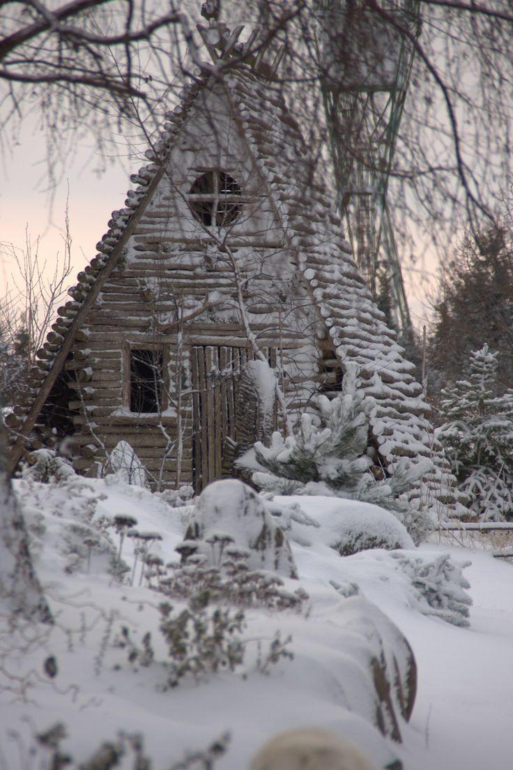 domek leśny zimą, schronienie ogrodowych elfów, ogród leśny w Hortulusie