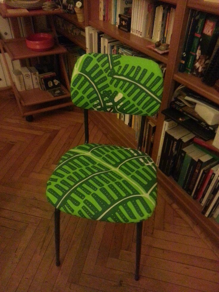 Come da una urfida sedia da ufficio marrone e nera esce una deliziosa sedia simil savana...