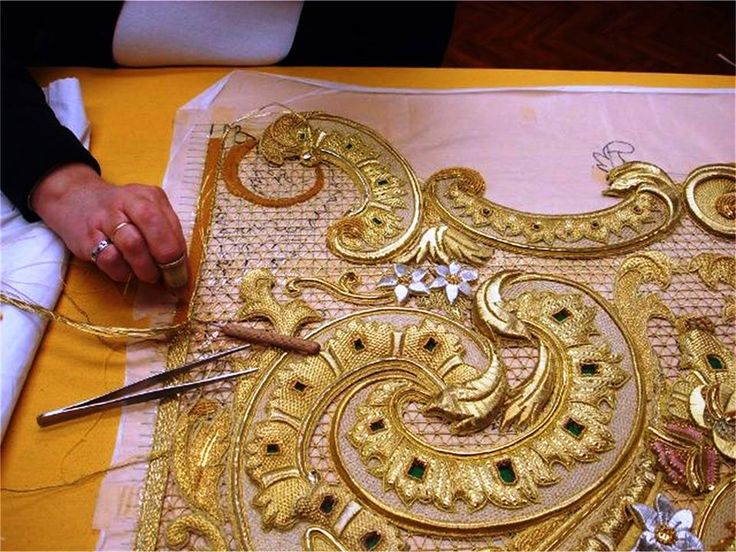 We've shared this image of a work in progress by the talented embroiderers of the Bordados en Oro Chara Bernardino in Spain before, but thought it was worth showing again how this kind of goldwork is created.   Image courtesy of http://charobernardino.artecofrade.com/album.htm