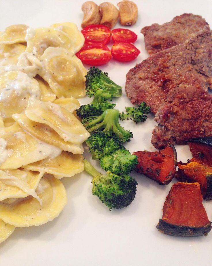 Almoço 1/2 gordo 1/2 saudavel! Carne abobora tomate brocolis e capeletti de queijo! A real? Nem valeu a pena esse macarrão ai... Fiquei decepcionada! Devia ter comida meu arroz integral mesmo! Poupava essas calorias ai kkkkk #comidadeverdade #saude #projetovidatoda #foconadieta #foconoobjetivo #lchf #lowcarb #diet #healthy #eatclean #paleo #dieta #dietasemsofrer #acreditabonita #semgluten #semlactose #emagrecer #reeducaçãoalimentar #vidasaudavel #fitfood by mianadieta