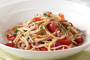 Vous n'avez que 15minutes pour concocter un repas? Cette sauce pour pâtes sans cuisson est ce qu'il vous faut! Ajoutez des tomates fraîches, du basilic et des oignons à des spaghettis; parsemez le tout de parmesan et vous obtiendrez un repas de semaine facile et rapide.