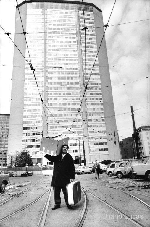 M<3 Immigrato sardo davanti al grattacielo Pirelli | Milano 1968 (photo © Uliano Lucas)
