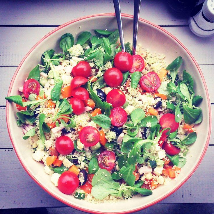 Een snel recept voor een heerlijke frisse couscous salade met gerookte kip, tomaat, avocado en feta! Ook vegetarisch mogelijk!