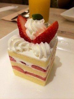 やっぱりケーキはイチゴショートに限ります 品川プリンスホテル二階のコーヒーラウンジマウナケアで教え子とおしゃべりしながら頂きました 日頃のまないミルクティーなど注文してみましたo  tags[東京都]