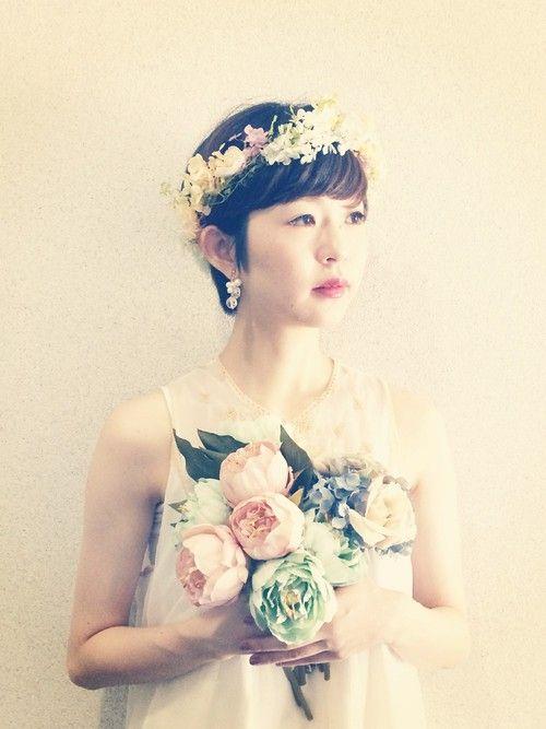 ショートのヘアスタイルだと花冠は似合わないって決めつけてない?ショートのヘアスタイルでアレンジする花冠はガーリーにもカジュアルにもなって可愛いんです♡そんなショートさん向けの花冠を使ったヘアスタイルアレンジをご紹介します。フェスや結婚式にもおすすめ!