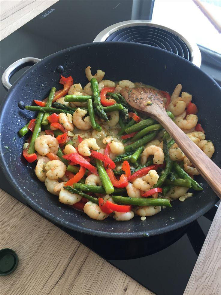Grüne Spargel - Paprika - Knoblauch bei mittlerer Hitze anbraten   Scampi- Knoblauch - Zitronensaft- Honig - anbraten   Beide mischen