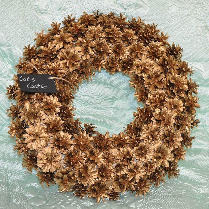 Золото Скифов  Для создания венка использованы натуральные сосновые шишки окрашенные золотом. На венке присутствует лейбл мастерской съемный.  Размер: 45 см  Цена: 6000 руб