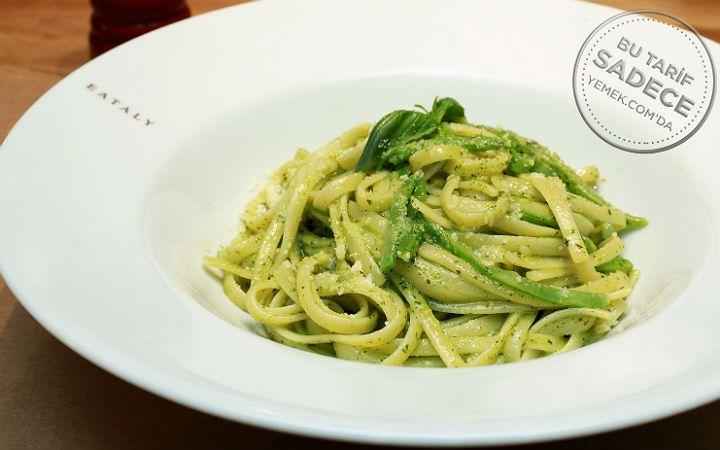 Eataly İstanbul şeflerinden lezzet sırlarını aldığımız pesto soslu makarna (Linguine al Pesto a) tarifini, pratik bir şekilde hazırlayabilirsiniz.